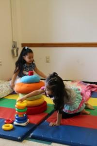 Дети играют с фигурами в «Принесите музей в сообщество»