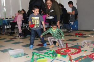 家长和孩子们在将博物馆带到社区活动中制作曼陀罗艺术品