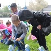 PPS مدرسة مدرسة ابتدائية الابتدائية رياض الأطفال الشجعان المطر لزرع دواليب الهواء في دعم شهر الوقاية من إساءة معاملة الأطفال.