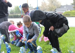 PSP Vestal School Элементарные ученики детского сада смело проводят дождь для посадки вертушек в поддержку Месяца предупреждения злоупотребления детьми.