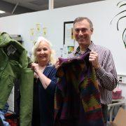 Dianne Denham y Jeff Cogen muestran abrigos donados