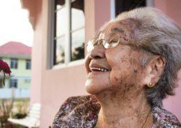 Phụ nữ cao tuổi ở nhà